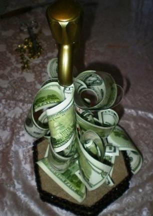 прикрепляем купюры к крану из денег