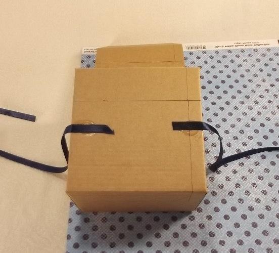 крепим ленточки к подарочной коробки из бумаги