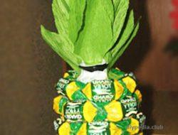 ананас из пластиковой бутылки и конфет своими руками