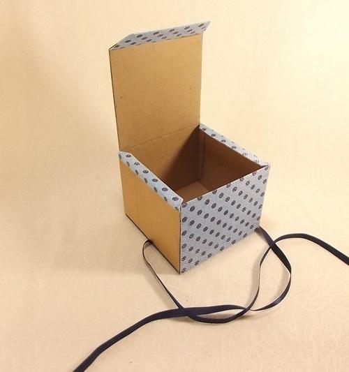 оклеиваем подарочную коробочку из бумаги
