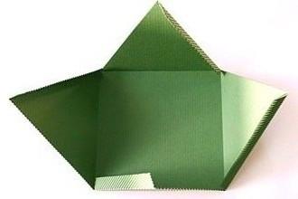 начинаем складывать пирамидку из бумаги