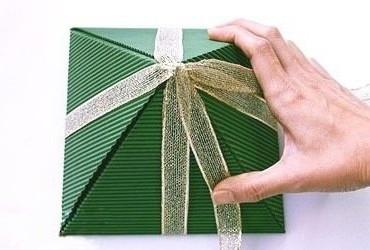 обвязываем лентой пирамидку из бумаги