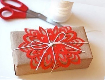 Decorate a gift with a snowflake of paper
