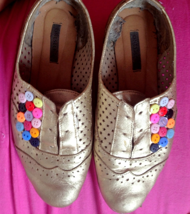 Decorate shoes with buttons