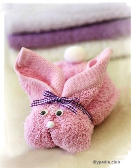 Делаем зайчика из полотенца