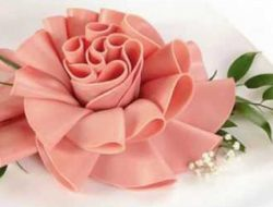 Цветок из колбасы